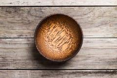 Opróżnia Drewnianego Bambusowego puchar odizolowywającego na drewnianym tle z realem S Zdjęcia Royalty Free