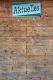 Opróżnia drewnianego billboarda w społeczności z Niemieckiego słowa «News jak nagłówek zdjęcie stock