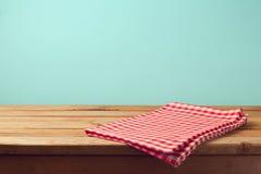 Opróżnia drewnianego pokładu stół i czerwień sprawdzać tablecloth Fotografia Stock