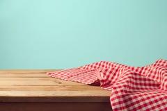 Opróżnia drewnianego pokładu stół i czerwień sprawdzać tablecloth Obraz Royalty Free