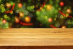 Opróżnia drewnianego pokładu stół nad choinki bokeh tłem Zdjęcia Royalty Free