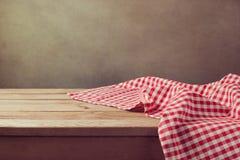 Opróżnia drewnianego pokładu stół z sprawdzać tablecloth dla produktu montażu pokazu Fotografia Royalty Free