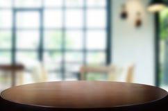 Opróżnia drewnianego stół i izbowego wewnętrznej dekoraci tło, dźgnięcie fotografia stock