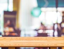 Opróżnia drewnianego stół i zamazanego cukiernianego bokeh światła tło mock zdjęcia stock