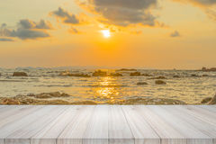 Opróżnia drewnianego stół lub półki ścianę z zmierzchem lub wschodem słońca na piasku zdjęcia stock