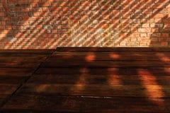 Opróżnia Drewnianego stół z ściana z cegieł i światła słonecznego cieniem w Horizo Zdjęcie Royalty Free