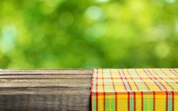 Opróżnia drewnianego stół z tablecloth, zamyka up, Zdjęcia Royalty Free