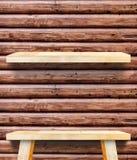 Opróżnia Drewnianego Stołowego wierzchołek przy czerwoną brown beli drewna ścianą, szablonu egzamin próbny obrazy stock