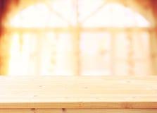 Opróżnia drewnianego stołu i okno lekkiego tło Filtrujący wizerunek Naturalne Światło Fotografia Stock