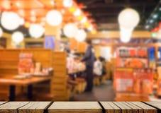 Opróżnia drewnianego szelfowego pokazu z Izakaya japońską restauracją Zdjęcia Stock
