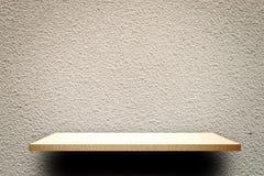 Opróżnia drewnianego szelfowego produktu pokazu na szarość cementu ścianie Zdjęcia Stock