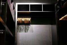 Opróżnia drewnianych odzieżowych wieszaki wiesza w szafy i kastingu cieniach głęboko fotografia stock