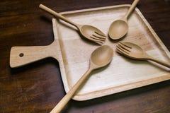 Opróżnia drewno talerza set z rozwidleniem i łyżka na drewnianym ciemnego brązu stole Zdjęcie Royalty Free