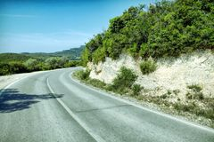 Opróżnia dwa pasów ruchu asfaltowej drogi autostradę znika w perspektywie Zdjęcie Royalty Free