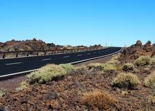 Opróżnia dwa pasów ruchu blacktop drogę w pustyni Fotografia Royalty Free