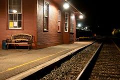 Opróżnia dworzec przy nocą Fotografia Royalty Free