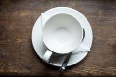 Opróżnia herbacianą filiżankę na drewno stole Zdjęcie Royalty Free