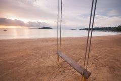 Opróżnia huśtawkę na plaży Obrazy Royalty Free