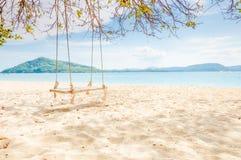 Opróżnia huśtawkę na plaży przy Dzwonię Yai wyspą, Tajlandia Zdjęcie Royalty Free