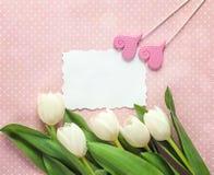 Opróżnia kartę z tulipanami i sercami na menchiach w polek kropek backgrou Fotografia Stock