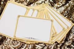 Opróżnia karty dla inskrypcj tło koloru s złocista tapeta Obrazy Stock