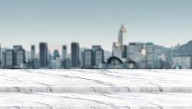 Opróżnia kroka bielu marmuru stołowego wierzchołka balkon przy plama pejzażu miejskiego widokiem obraz stock