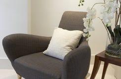 Opróżnia krzesła i końcówka stołu z orchideą na nim Obraz Stock