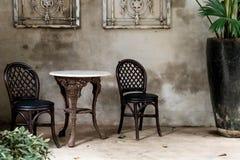 opróżnia krzesła i stołu w rocznika pokoju obraz royalty free
