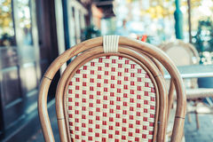 Opróżnia krzesła na zewnątrz kawiarni Obrazy Stock