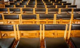 Opróżnia krzesła w kościół Obraz Stock