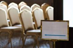 Opróżnia krzesła w kongresu pokoju przed konwersatorium fotografia royalty free