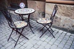 Opróżnia krzesła w plenerowej kawiarni lub restauraci Zdjęcia Royalty Free