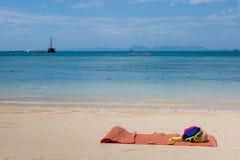 Opróżnia matowego łóżko na pustej piaskowatej plaży Zamiast bryczka holu na dzikiej tropikalnej brzegowej Pogodnej pogodzie fotografia royalty free