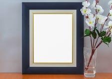 Opróżnia Nowożytną błękit ramę Na Drewnianej półce Z rocznik małej łódki i pudełka reklamy sztandaru Wzorcowym Białym Pustym egza zdjęcie stock