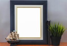 Opróżnia Nowożytną błękit ramę Na Drewnianej półce Z rocznik małej łódki i pudełka reklamy sztandaru Wzorcowym Białym Pustym egza zdjęcie royalty free