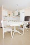Rustique biała kuchnia z łomotanie stołem Zdjęcie Stock