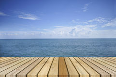 Opróżnia odgórnego drewnianego decking i piękny pokoju morze w tle, spoczynkowy moment, czas odpoczywać, chłodzi out Zdjęcie Royalty Free