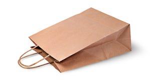Opróżnia otwartą brown papierową torbę dla karmowego lying on the beach Obraz Stock