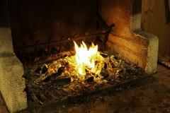 Opróżnia płomiennego węgla drzewnego grilla z otwierał ogień Pojęcie opieczenie, grill, bbq i przyjęcie lata, Czarny copyspace zdjęcie royalty free