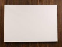 Opróżnia papierowego pustego prześcieradło na drewnie obrazy royalty free