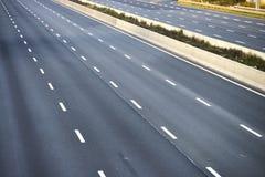 Opróżnia 8 pasów ruchu autostradę należną drogowe i bridżowe pracy Obraz Stock