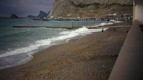 Opróżnia plażę, morze i falochron, zbiory