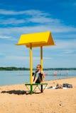 Opróżnia plażę z ławką z baldachimem na wybrzeżu Obrazy Royalty Free