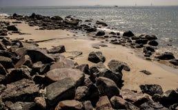 Opróżnia plażę z kamieniami Obrazy Royalty Free