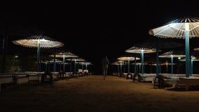 Opróżnia plażę z parasolami, słońca łóżko zbiory