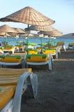 Opróżnia plażę z parasols i pokładów krzesłami Obraz Stock