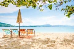 Opróżnia plażowych krzesła na słonecznym dniu przy Dzwonię Yai iland, Tajlandia Fotografia Stock