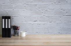 Opróżnia pracy biurka biuro z kubkiem, ołówek i kartoteka dokumentuje drewno Obrazy Stock
