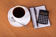 Opróżnia prześcieradła dla notatek, kalkulatora i filiżanki, Zdjęcie Royalty Free