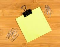 Opróżnia przestrzeń dla tekst kleistej notatki na drewnianym tle Fotografia Royalty Free